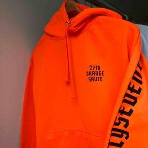 Snygg orange hoodie. Köpare står för frakt ca 72kr.
