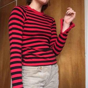 Röd-svart randig tröja med slits i ärmarna. Köpt på carlings... tror jag. Frakt inkluderat!💛