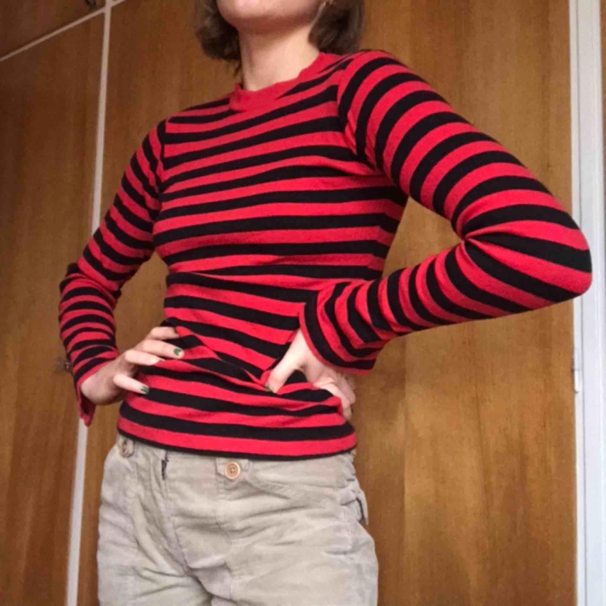 Röd-svart randig tröja med slits i ärmarna. Köpt på carlings... tror jag. Frakt inkluderat!💛 . Toppar.