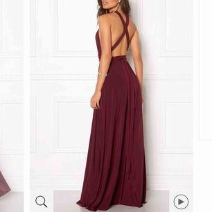 Säljer min multi tie maxi dress vilket betyder att man kan knyta den hur man vill. Ordinariepris är 1099kr köpt från Bubbleroom och jag säljer den för 750kr + frakt då den endast är använd 1 gång. Jag är 166cm lång och hade klackar 🥰🥰