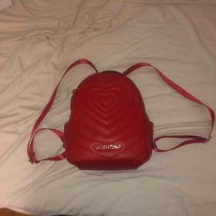Valentino ryggsäck, jättegullig. Köpt i berlin för 2000, inge kvitto kvar dock. Använd typ 2 ggr❤️💕möts i sthlm elr frakt