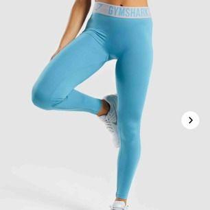 Ett par blå träningsbyxor från Gymshark. Ger väldigt fin rumpa och sitter väldigt väldigt bekvämt. Helt oanvända då de är lite långa för mig. Passform ( 160cm uppåt ) . Gratis frakt 🥰❤️🧚🏼♀️