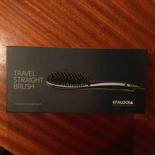 En straight brush från märket Efalock. Original pris runt 500kr, den är aldrig använd, möts bara upp när det gäller denna. En värme handske + fodral + sladd ingår.