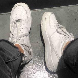 Säljer mina Nike air force 1 low eftersom jag tröttnat på dom Storlek 39