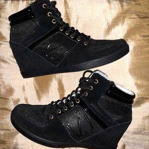 Riktigt snygga Versace sneakers med kilklack i storlek 37, använda en gång som nya!