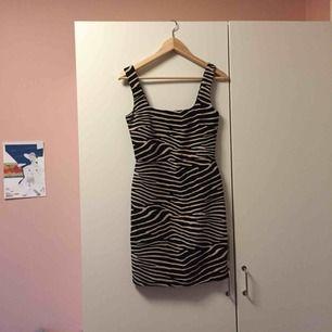 Snygg tight zebraklänning med 60-talsvibbar! Kort och underbar till stövlar😍 som ny - endast testad!
