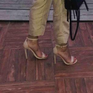 Dessa klackskor är använda ett antal gånger, klacken är inte sliten utan skiner lite granna på ena skon, de är väldigt fina och classy.