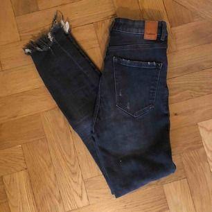 Superfina mörkgråa jeans från Zara med slitningar. Storlek 34 vilket motsvarar en xs. Frakt tillkommer