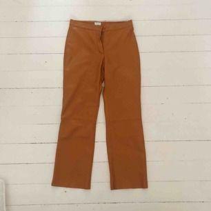 INGEN FRAKT!  Orangea skinnbyxor, världens coolaste byxor men säljer då dem är för små!  Inköpta för 800kr men säljer dem för 200kr utan att dem är använda pågrund av att spännet är trasigt men enkelt att laga med nål och tråd.