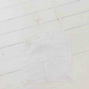 INGEN FRAKT!  Virkat linne som man knäpper i naken med hjälp av knapp och är öppen i övreryggen. Från barnavdelningen men är en stor storlek så passar XS.