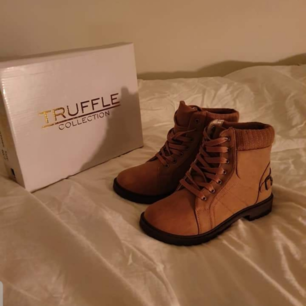 Har ett par oanvända skor från Truffle i storlek 40. Endast provade.  Ordinarie pris: 450 kr  Säljer de nu för 300 kr Köparen får stå för eventuell frakt