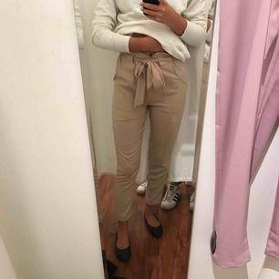 Knappt använda byxor från DM retro! Jätte sköna som man både kan klä upp och ner! Frakten kostar 52kr!