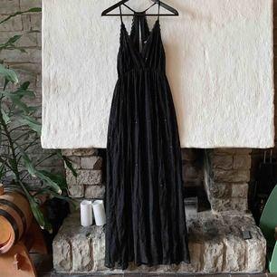 Säljer min bal-klänning, använd en gång. Köpt på Mango för 2.000 kronor. Storlek xs men passar även S och M då det är stretch. Frakt tillkommer ✨✨
