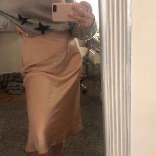 Jättefin silkes kjol till sommaren. Aldrig använd.🥰