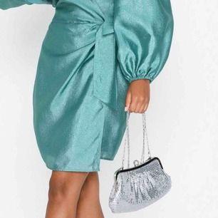 Snygg väska med kedjeväv i silver Använd 1 gång endast och mycket bra kvalité. Original pris 299kr och priset kan diskuteras. Köpare står för frakt eller mötas upp i Göteborg