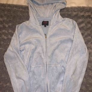 Ljusblått mjukisset från juicy couture i storlek 12 men skulle säga att det är en 32-34. Är 164 och det passade när jag va runt 160-162. Ca 1-2 år gammalt men inte så använt. Nypris var cirka 2300 har jag för mig. Buda!!!