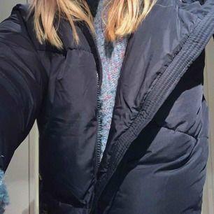 Säljer denna jättesköna jacka från zara, använd ca 3 ggr men säljer då jag vill ha en annan Köpte den på rea för 400💓