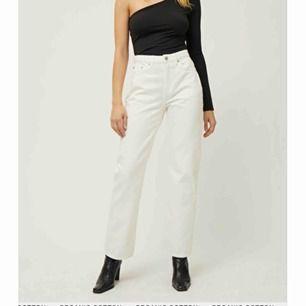 Säljer dessa svinsygga jeans från weekday. Aldrig använda pga att dom köptes fel storlek. Väldigt långa och sitter som en smäck 💗💗