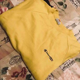 Säljer min favorit hoodie från champion  Sparsamt använd. Frakten ingår i priset!
