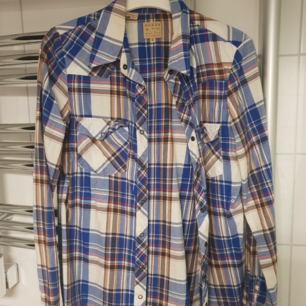 Skjorta från Guess. Bra skick!! Använd fåtal gånger. Frakt tillkommer💕