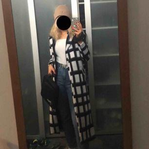 Säljer denna ursnygga kappa från nakd som tyvärr är lite tajt för mig. Slutsåld online så om ngn har i strl 40 e de ba o hit me up (;