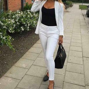 Säljer mina vita kostym byxor ifrån Nelly, fraktar för 59 kr