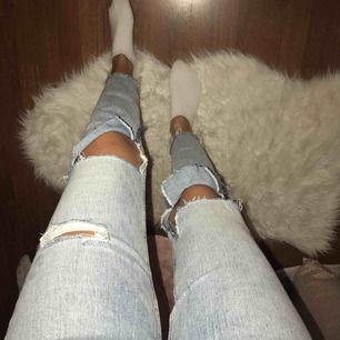 Coola jeans från zara, jag har gjort hålen lite större vid knäna!