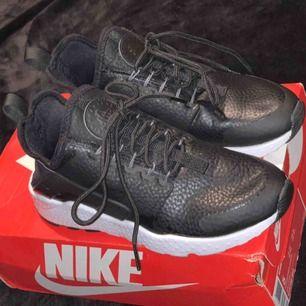 Ett par Nike air huarache run ultra premium, extremt snygga dock för små för mig. Använda 1 gång ute så är som nya! (Kartong finns inte till dessa skor.)  Jag har swish & kan frakta, men köparen står för frakten!💌