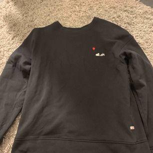 jätte cool tröja med snobben tryck från jack & jones. storleken står inte på tröjan men skulle gissa en S eller lite mindre M💗💖frakten är 40kr