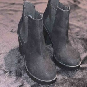 Ett par stövletter från h&m i mocka likande material. Är bara använda 2-3 gånger då jag har likande skor, vet inte vad dessa kostade från början då jag fick dem i present!   Jag har swish & kan frakta, men köparen står för frakten!💌