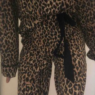 En galet söt och mysig pyjamas, med leopard print. I priset ingår pyjamas skjortan och pyjamas byxorna. Köpt för ett år sen på Kappahl för 399 kr. Minimalt använd💓💓💓💓💓💓💓💓💓💓💓💓💓💓💓💓💓💓💓💓💓💓💓För guds skull våga pruta💓💓💓💓💓💓💓💓💓💓💓
