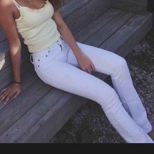 Säljer mina vita jeans. Waist:26, lenght:23. Kan både mötas upp o frakta 💗