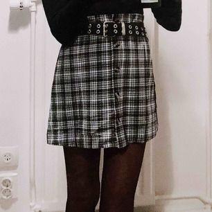 jättegullig kjol med knappar framtill från monki 🖤
