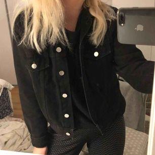 Svart jeansjacka från Zara Knappt använd