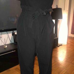 Säljer dessa fina kostymbyxor med knytbälte runt om från Bikbok strl L. Endast använda några gånger. Fint skick. Frakt ingår i priset!