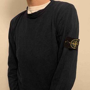 Säljer två stycken Stone Island sweatshirts. Båda är äkta och säljs bara tillsammans, inte styckvis då det endast finns en patch. Den gråa har ett litet hål där bak annars är de i fint skick!! 🤩 Buda!!