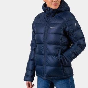 Superfin jacka från PEAK. Använd en vinter, alltså i mycket fint skick. Köparen står för frakten 🌸