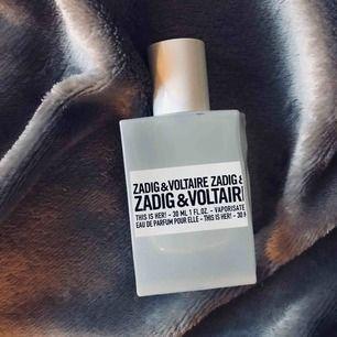 Säljer This is her! Populär Zadig & Voltaire parfym som är så gott som oanvänd (max 20 sprut) så ett riktigt kap! Finns att testa på vanliga ställen där parfym finns att köpa ☺️ Nypris på Kicks är 570kr men jag tar 400 för denna, så skynda fynda! 🥰