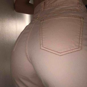 Rosa mom jeans med beiga sömmar från elsa hosk kollektion för bikbok