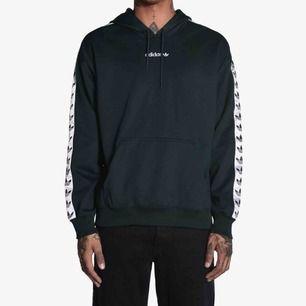Svart Adidas TNT hoodie Näst intill aldrig använd, 10 gånger max (varsamt) Köpte den på junkyard för ca 1 år sedan Nypris är 999:-  Det är storlek M men skulle säga att den är mer som en S
