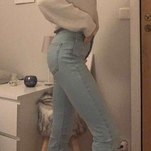 Utsvängda jeans från gina. Bara använts 1 gång. De sitter perfekt i längden (är 160cm). De är även middle waist. Ni står för frakt och jag ansvarar inte för postens slarv:)