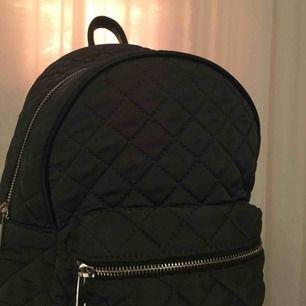 Ryggsäck från even&odd. Skulle säga att den är lite mindre än vanliga ryggsäckar, men man får plats med en hel del saker ändå. Kan mötas upp i Stockholms området eller frakta.💕