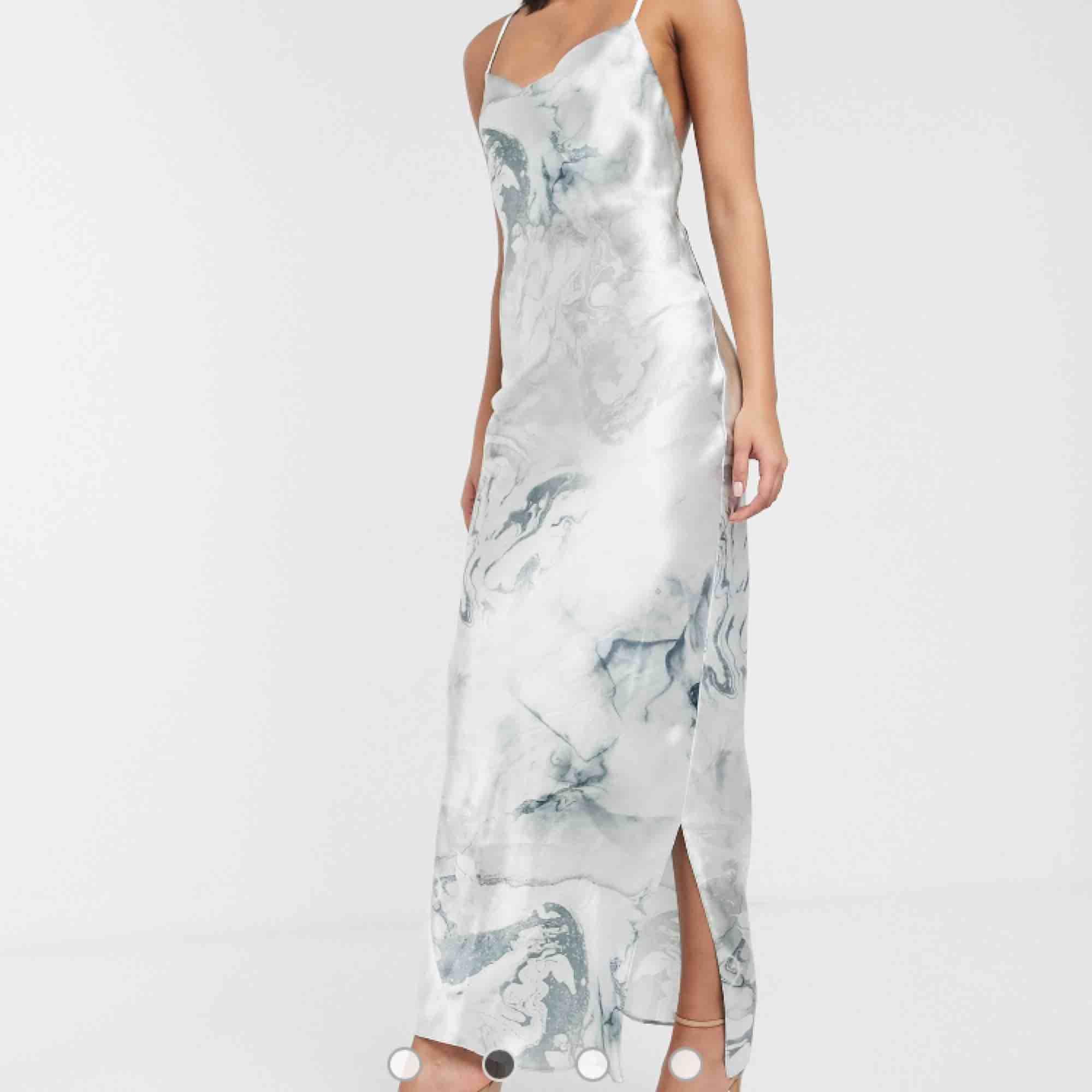 ASOS DESIGN - Högglansig slip-klänning i satin och maximodell med smala axelband och snörning i ryggen  Helt ny och oanvänd klänning. Passade inte mig och hann inte tillbaka i tid så säljer vidare:). Klänningar.
