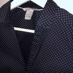 🌟Prickig skjorta 🌟 •Väldigt fräsch mörkblå prickig skjorta •Storlek 34 •Perfekt att ha på kontoret •H&M •Easy iron •Slim fit •Aldrig använd •55 kr 📮Kan skickas mot fraktkostnad 🚫Djurfritt och rökfritt hem