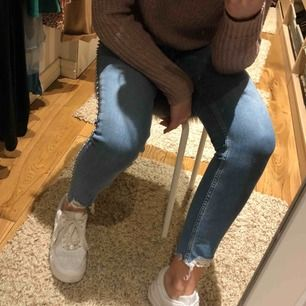 Snygga Jeans från Zara använd 1 gång så nyskick. Diamanter på sidorna. Fler bilder finns. Frakt tillkommer