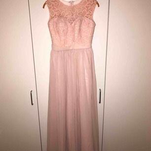 Helt ny och fin oanvänd balklännig väldigt fin i färgen ljus rosa. Orginalpris:1500