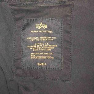 Äkta Alpha Industries jacka i svart, toppskick. (Köpt för 2600kr) Skriv för fler bilder :)