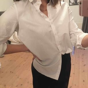 En fin vit skjorta med marinblå ränder på ryggen. Använd en del men inget som märks på plagget. Nypris 399 kr. Köparen står för frakt.