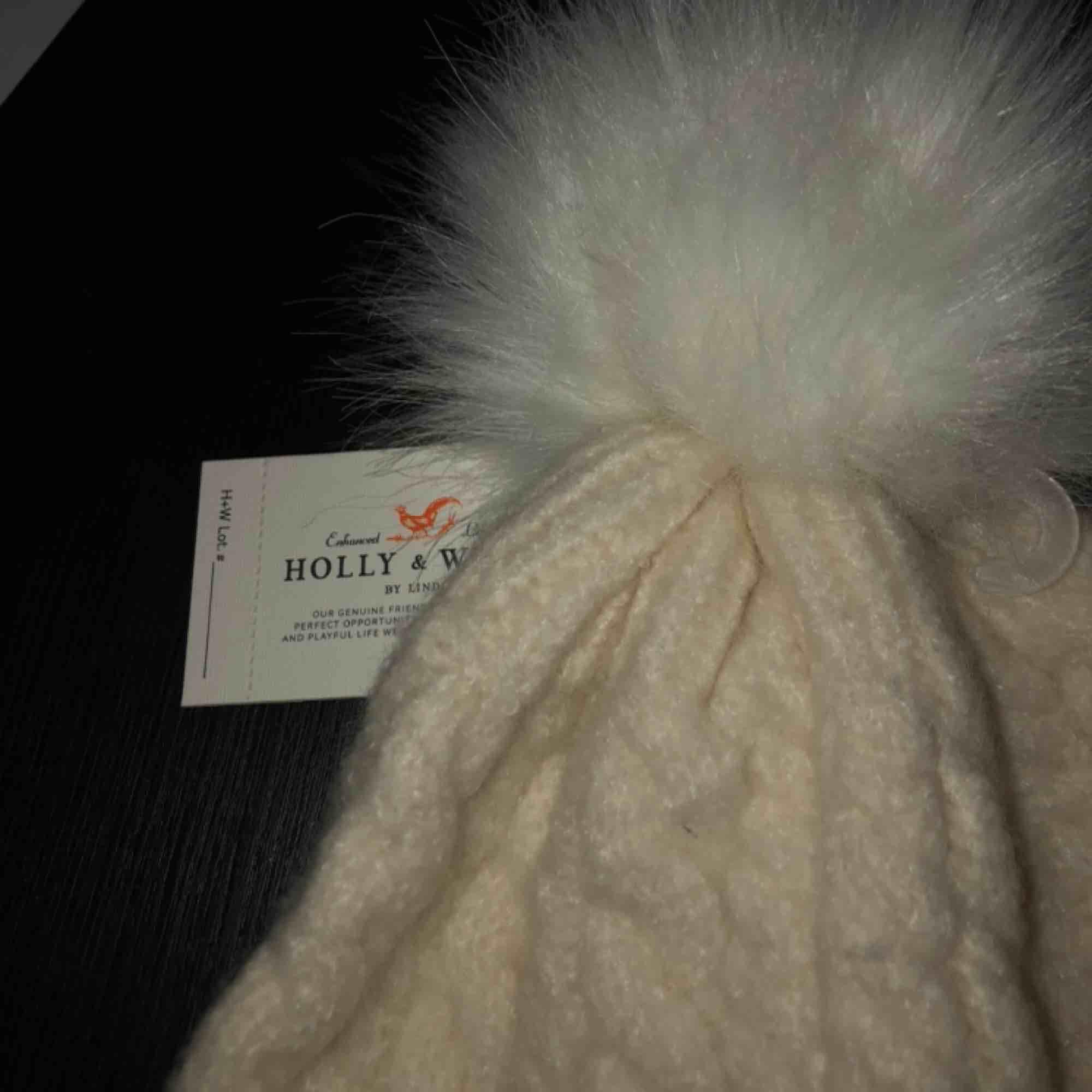 Helt oanvänd mössa med prislappen kvar från märket Holly & White, Lindex.. Övrigt.