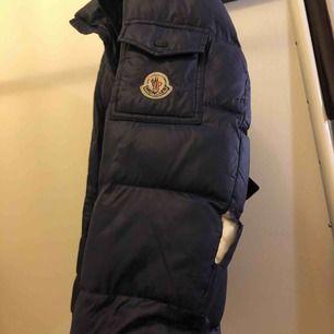 Moncler jacka mörk blå  Har skador på ärm och ena fickan är sönder (kan lagas) därav det låga priset. Köparen står för frakten. Kan säljas för billigare pris vid snabb affär